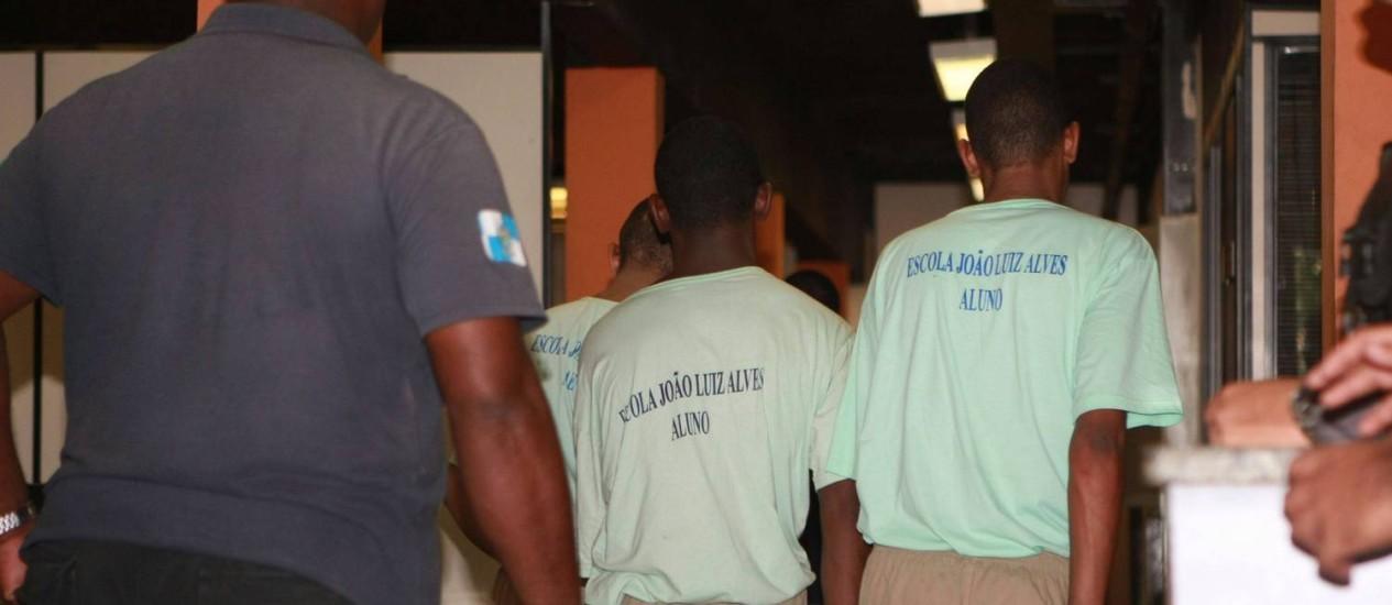 Adolecentes resgatados são levados para a 21ª DP (Bonsucesso) Foto: Nina Lima / Agência O Globo