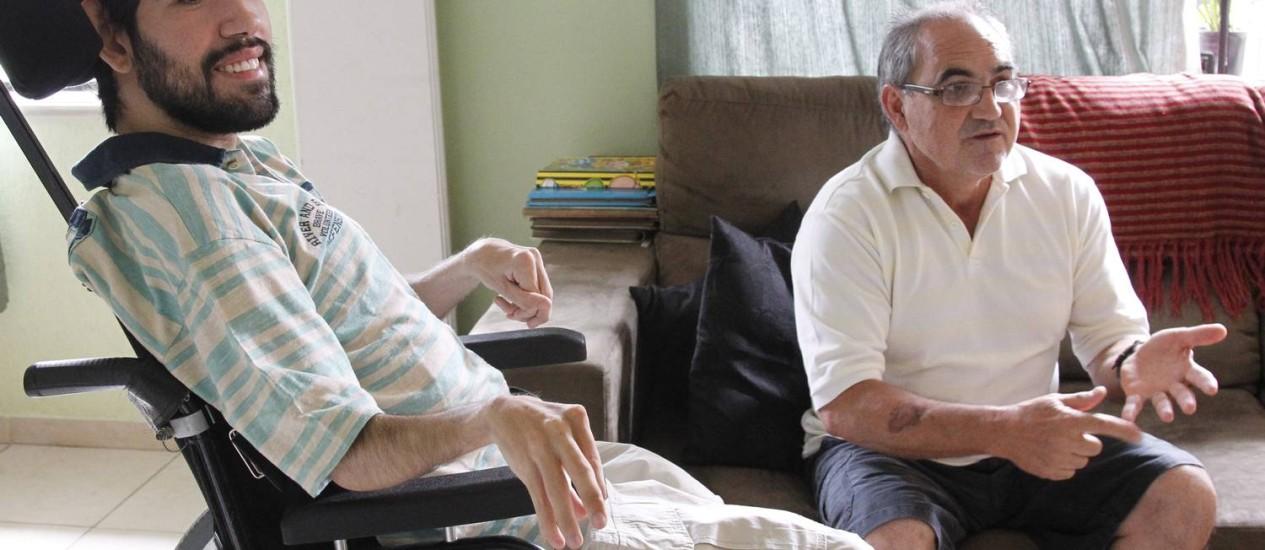 Com paralisia cerebral desde o nascimento, Marco Aurélio Condez teve ajuda do pai, Manoel Joaquim Condez, para se formar em Jornalismo Foto: Agência o Globo / Eliária Andrade