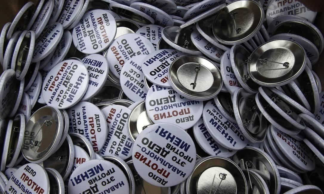 Botons distribuídos por manifestantes pedem a libertação de presos envolvidos com as manifestações de 2012 Foto: SERGEI KARPUKHIN / REUTERS