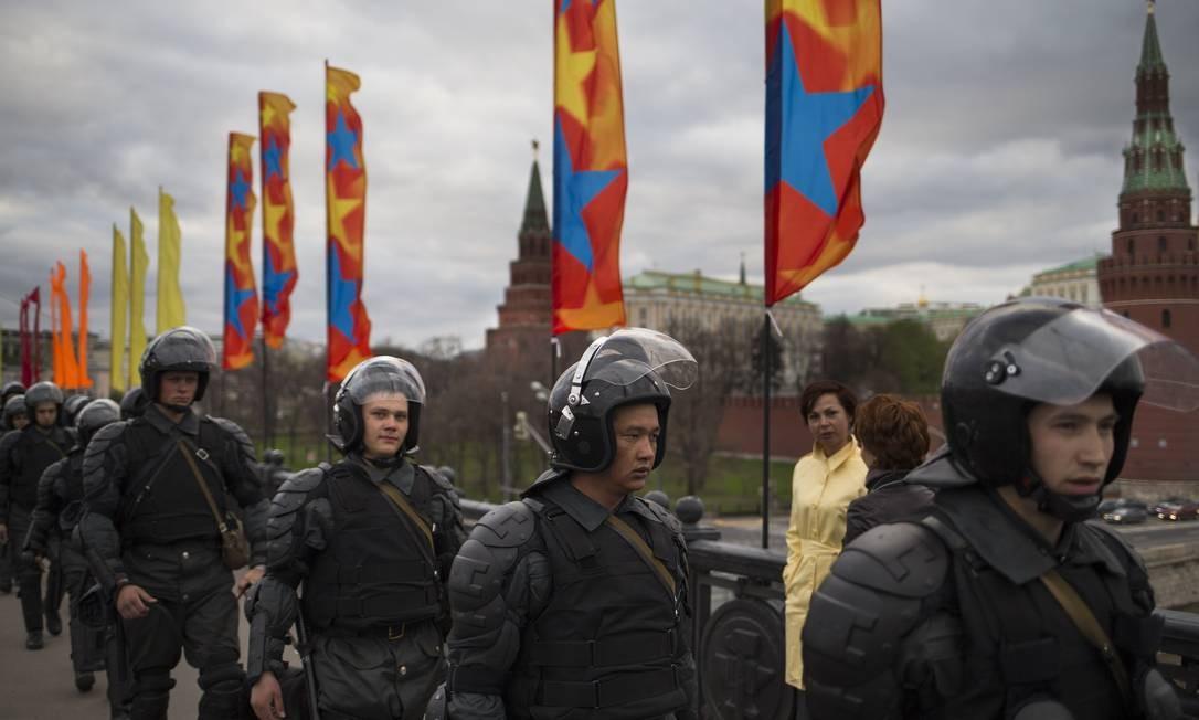 Guardas fazem a segurança da área nos arredores do Kremlin Foto: Alexander Zemlianichenko / AP