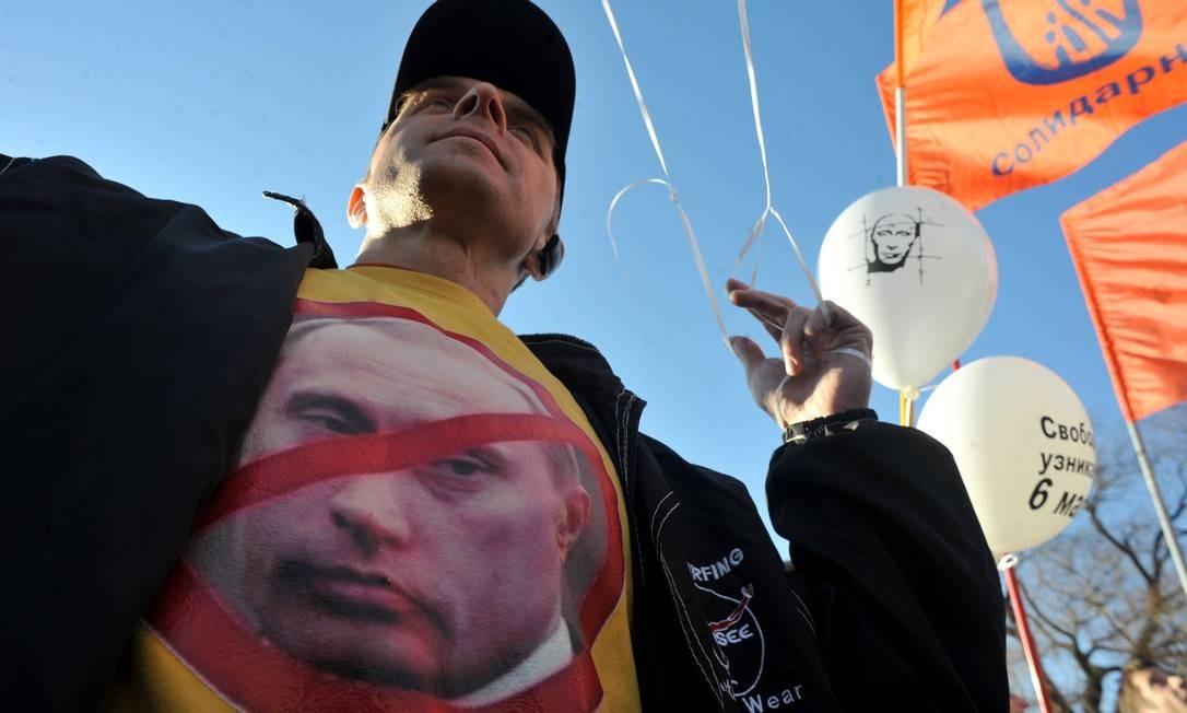 No centro de São Petersburgo, um manifestante participa do protesto contra Putin. Foto: OLGA MALTSEVA / AFP