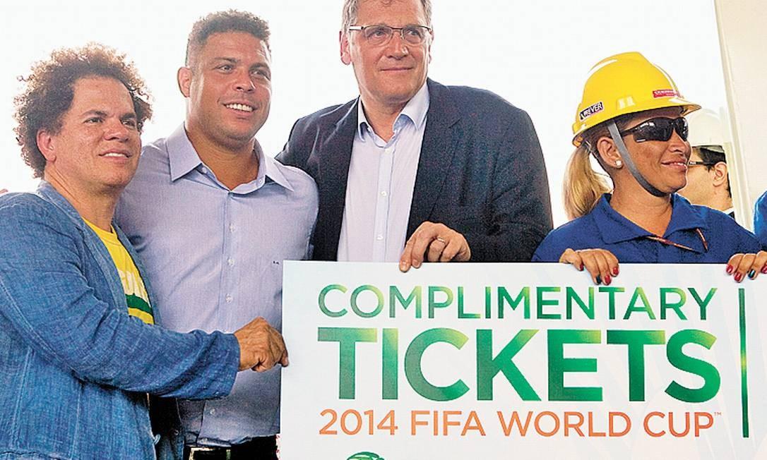 Ronaldo Fenômeno e o secretário-geral da FIFA, Jerôme Valke, entregam ingressos simbolicos a operários da Arena da Copa de Pernambuco Foto: Hans von Manteuffel/05-03-2013