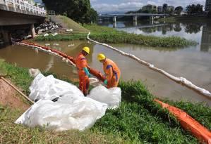 Técnicos tentam conter vazamento de óleo no Rio Sesmaria Foto: Divulgação / Marcio Fabian / Prefeitura de Resende