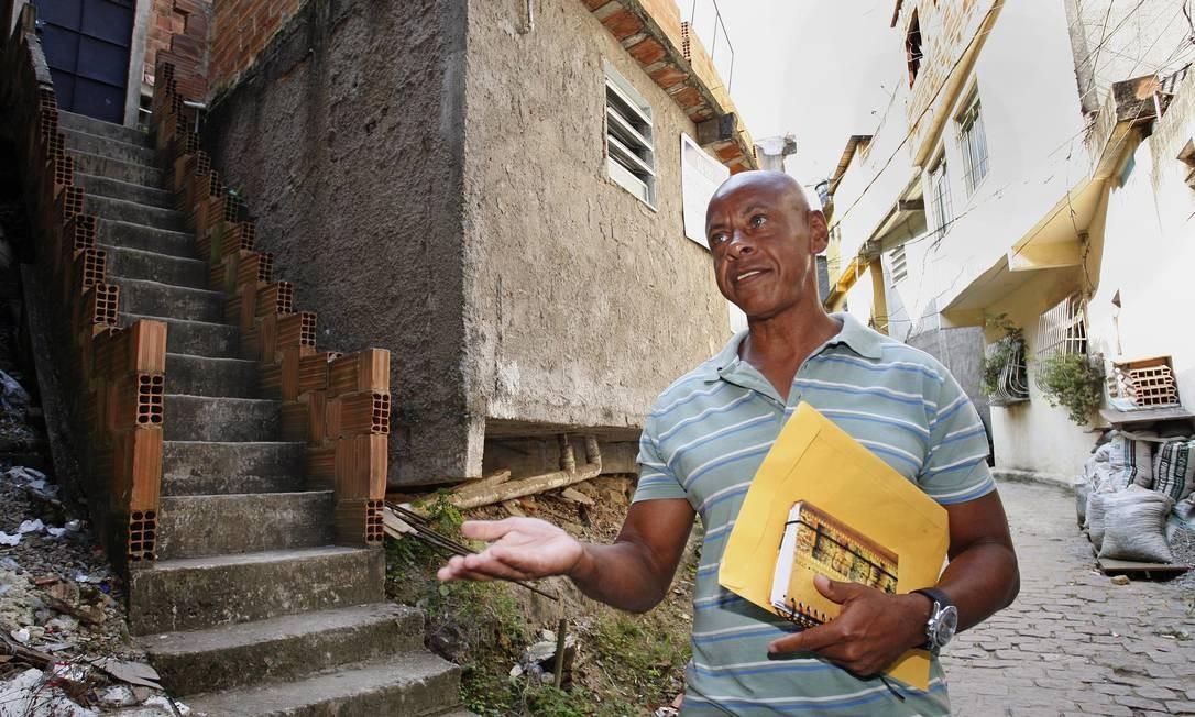 Sem esperança. O morador Sergio Corrêa está desconfiante Foto: Márcio Alves / Agência O Globo