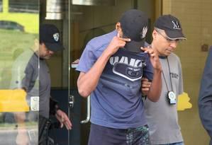 Reincidente. O menor chega à delegacia: em depoimento, segundo delegado, ele não demonstrou arrependimento Foto: Fabiano Rocha / Extra/O Globo