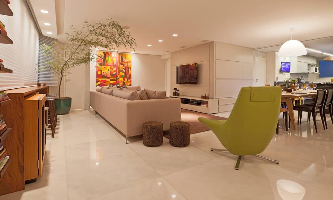 A sala de estar foi projetada em total integração com a sala de jantar e a cozinha Foto: Divulgação