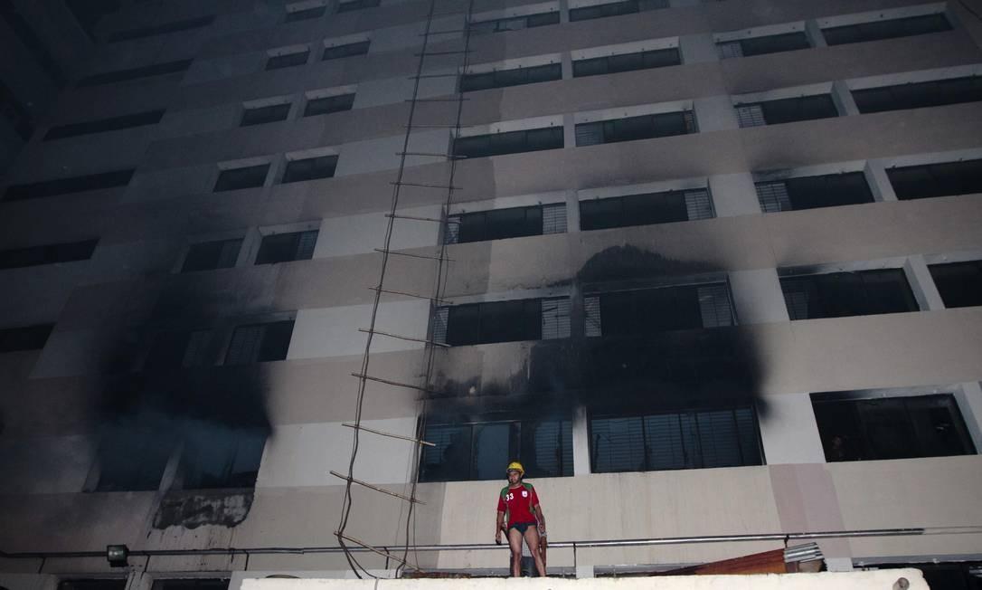 cec9b2275 Um bombeiro no prédio atingido pelas chamas em Daca Foto  STRINGER  BANGLADESH   REUTERS