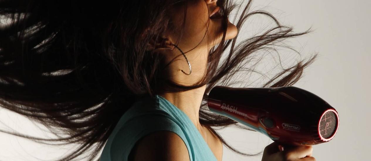 Bom fluxo de ar e temperatura alta resultam em cabelos secos mais rápido Foto: FOTO: Gustavo Azeredo / Agência O Globo