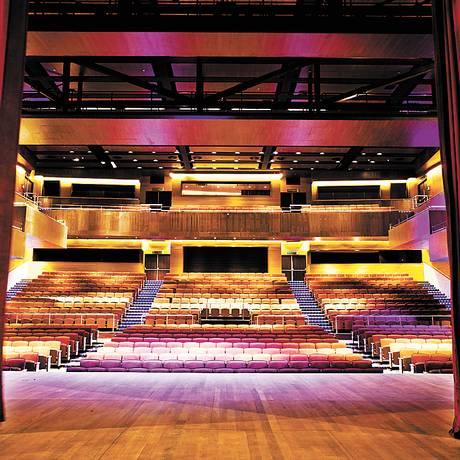 1.060 lugares. Com palco italiano de 328m², o teatro recebe uma programação heterogênea, assinada pela Dell'Arte Foto: Ana Branco