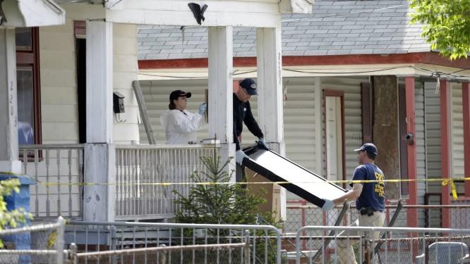 Policiais retiram evidências da casa onde Ariel Castro mantinha as jovens Foto: David Duprey / AP