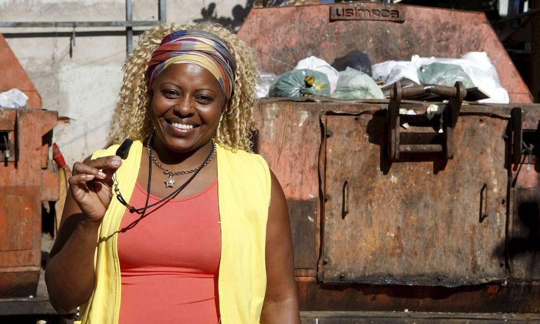 Cleusa Florença mostra o apito que usa para flagrar quem joga lixo nas ruas de Rio das Pedras Foto: Felipe Hanower / O Globo