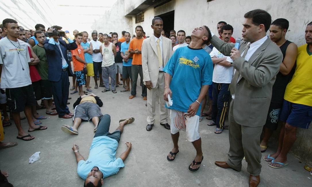 Encenação. O pastor Marcos Pereira em uma sessão de exorcismo com detentos de presídio em Minas Gerais Foto: Guilherme Pinto / Extra/O Globo