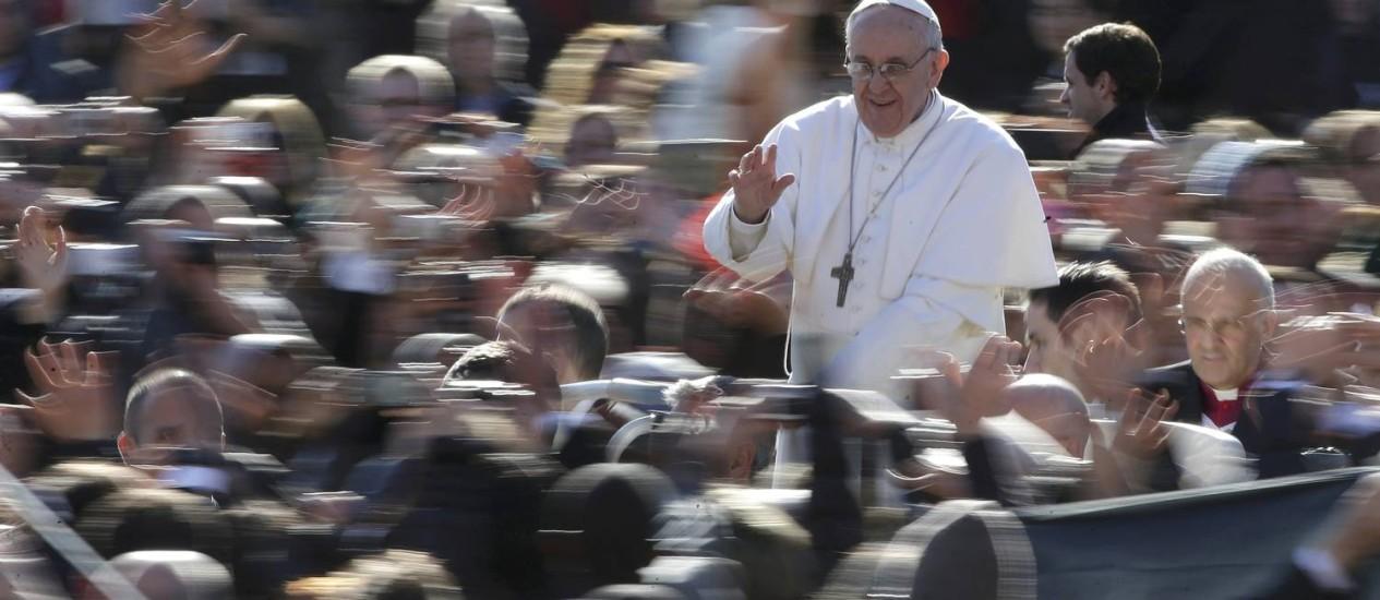 O Papa Francisco acena para os fiéis na Praça de São Pedro, no Vaticano: segurança no Brasil contará com cerca de 10.700 homens Foto: Max Rossi / Reuters