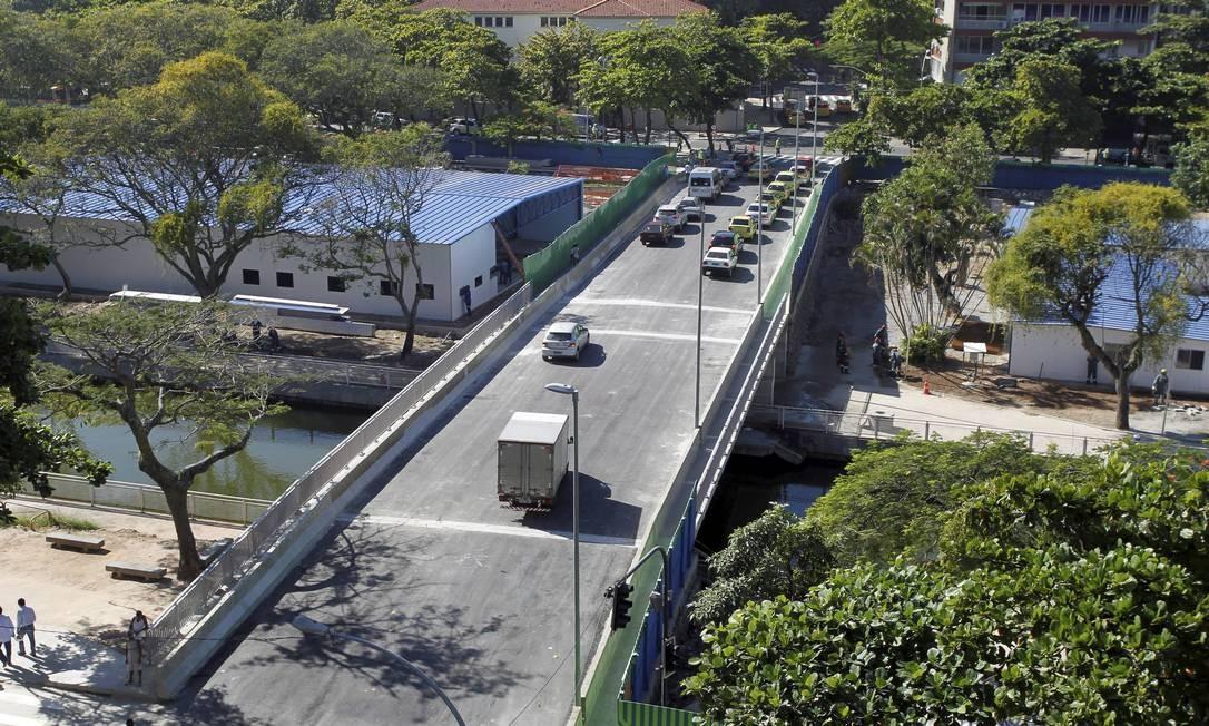 Ponte é inaugurada na rua Humberto Campos, sobre o canal Foto: Domingos Peixoto / Agência O Globo