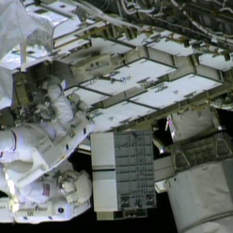 Os astronautas Chris Cassidy (à esquerda) e Tom Marshburn (embaixo, à direita)consertam o vazamento de amônia na estação espacial Foto: - / AFP