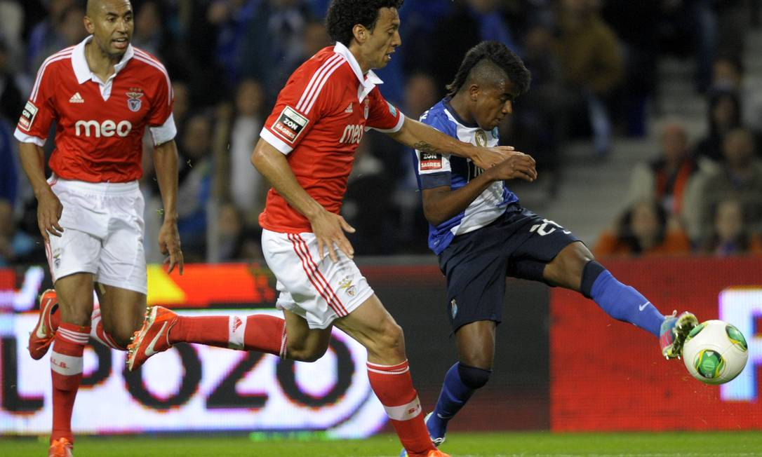 O brasileiro Kelvin chuta para marcar o gol da vitória do Porto sobre o Benfica, o que garantiu a liderança do Campeonato Português a uma rodada do fim do campeonato Foto: Miguel Riopa/AFP