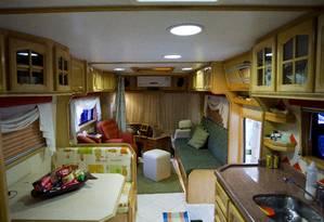 Sala de estar e ambiente de copa e cozinha do motor-home de Nivaldo e Arlene Baldo, montado em chassi de ônibus Foto: Guito Moreto