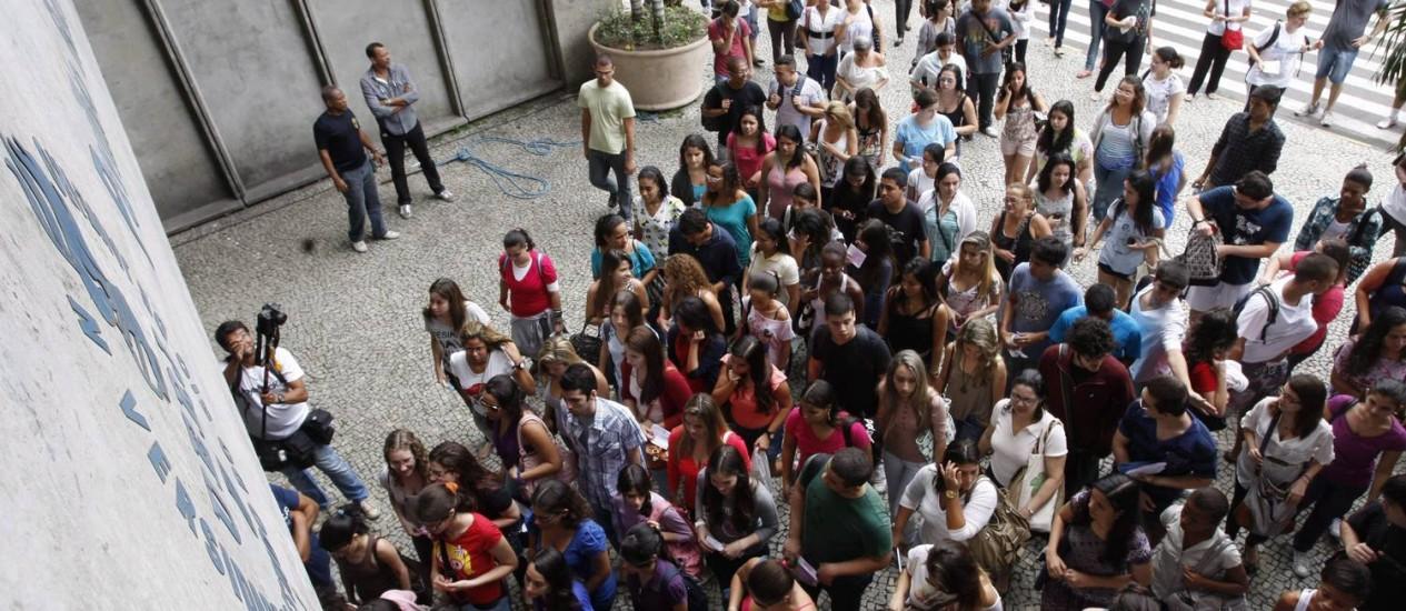 Participantes do Enem 2012 chegam para realizar a prova no campus da Uerj, no Maracanã Foto: Marcos Tristão / Marcos tristão/03.04.2012