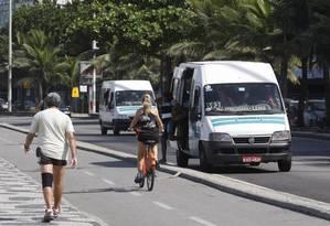 Vans circulam na orla da Zona Sul Foto: Marcos Tristão / Agência O Globo / Arquivo: 11/04/2013