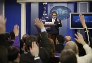 O porta-voz da Casa Branca, Jay Carney, responde perguntas de jornalistas em conferência Foto: Pablo Martinez Monsivais / AP