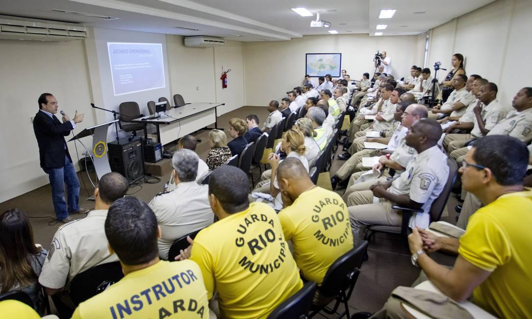 Guardas municipais e o secretário de Transportes no primeiro treinamento para fiscalização dos ônibus: 30 novos agentes começam a atuar na próxima segunda-feira Foto: Guito Moreto / O Globo