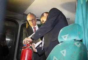 Fiscais do Procon fazem operação de fiscalização na Viação Expresso Mangaratiba em Duque de Caxias Foto: Fernando Quevedo / Agência O Globo