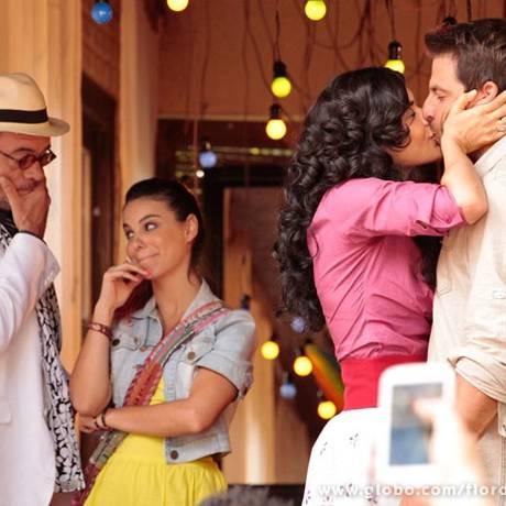 Cristal (Moro Anghileri) rouba um beijo de Cassiano (Henri Castelli) Foto: Divulgação/TV Globo