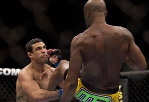 Anderson Silva nocauteia Vítor Belfort com chute espetacular em fevereiro de 2011, em Las Vegas, no UFC 126 Foto: Julie Jacobson / AP
