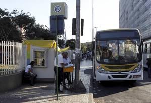 Sem banheiro, funcionários de uma empresa de ônibus trabalham na Central do Brasil: prefeitura diz que há estabelecimentos conveniados Foto: Domingos Peixoto / O Globo