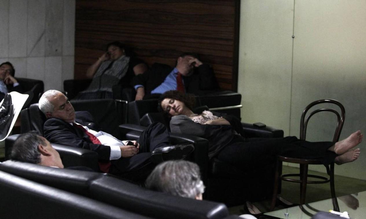 Após as 3h da manhã, deputados dormem exaustos no salão do restaurante do plenário Foto: Jorge William / Agência O Globo