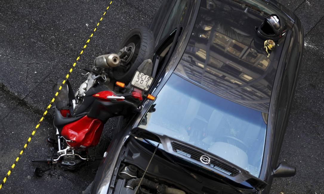 Acidente entre moto e carro na rua Pompeu Loureiro, em Copacabana Foto: Gabriel de Paiva / Agência O Globo