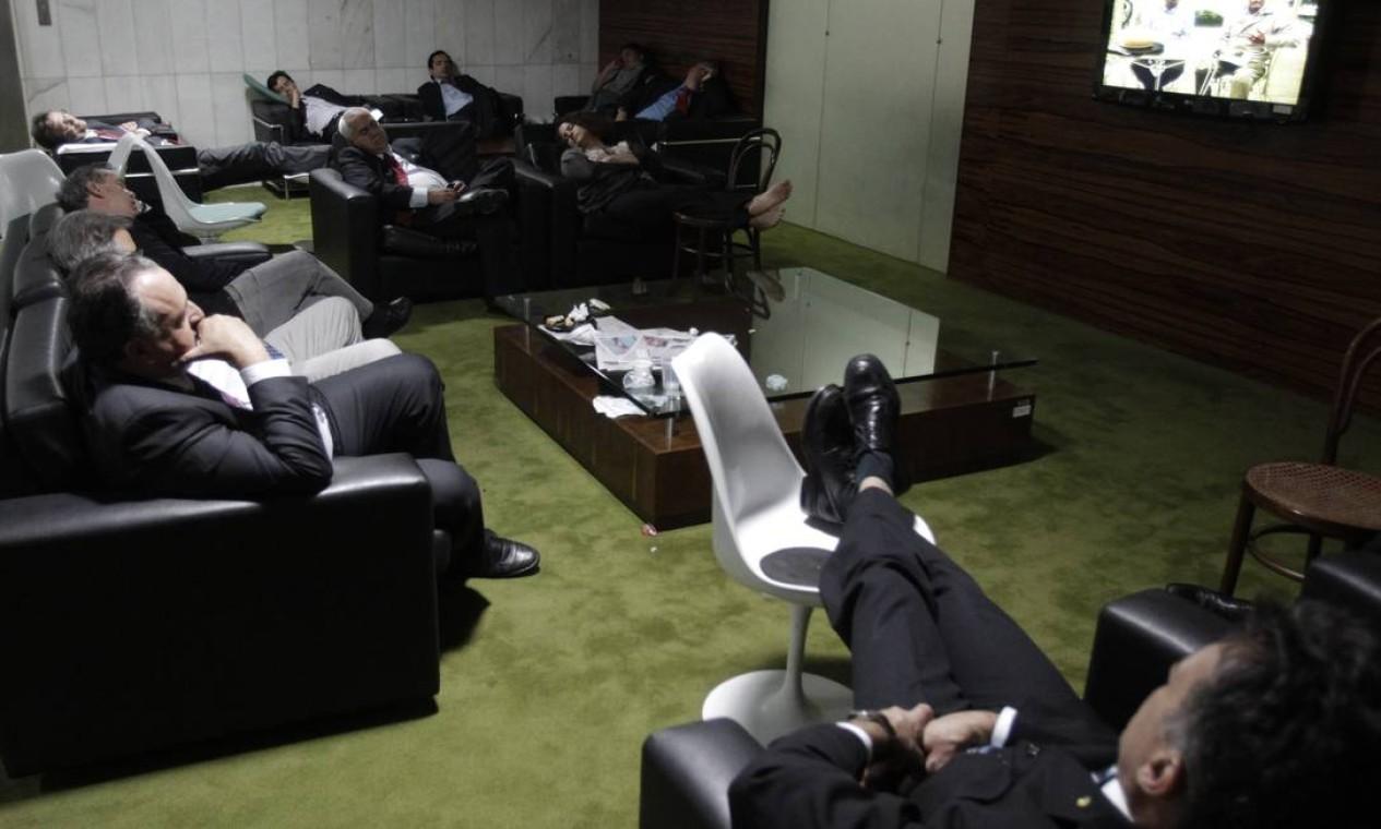 Por volta das 3h da manhã, alguns deputados exaustos dormiram no salão do restaurante do plenário Foto: Jorge William / Agência O Globo