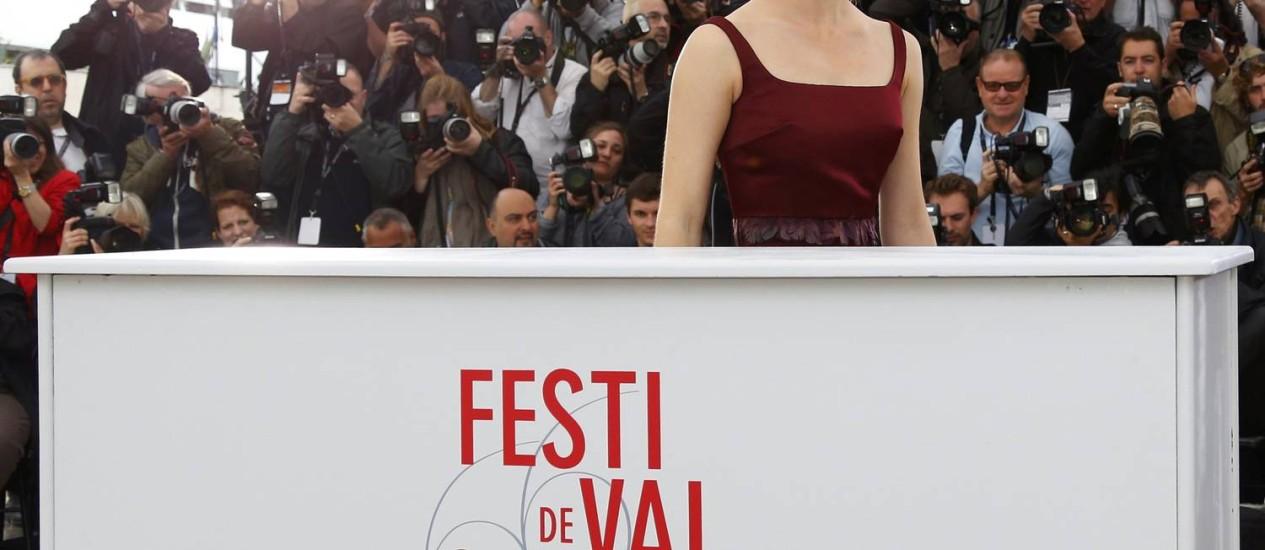 Emma Watson posa para fotos; ela está no novo filme de Sofia Coppola, 'The Bling Ring', exibido na mostra Um Certo Olhar Foto: YVES HERMAN / REUTERS