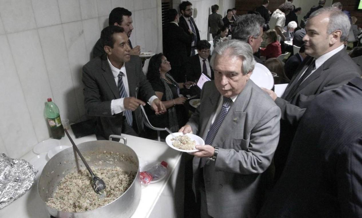 Enquanto acontecia a partida entre Corinthians e Boca Junior pela Libertadores, os deputados aproveitaram para jantar uma galinhada no restaurante da Câmara Foto: Jorge William / Agência O Globo