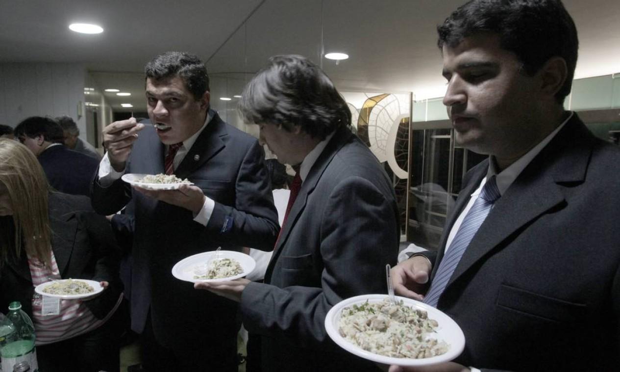 A galinhada servida foi bastante disputada pelo parlamentares que assistiam ao jogo de futebol pela televisão do restaurante do Plenário Foto: Jorge William / Agência O Globo