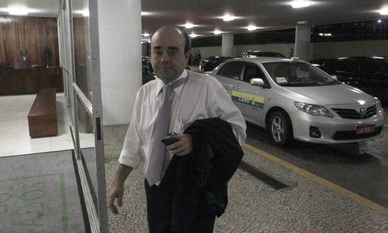 O deputado Bernardo Santana (PR - MG), com cara de sono, volta para a Câmara para a votação da redação final Foto: Jorge William / Agência O Globo