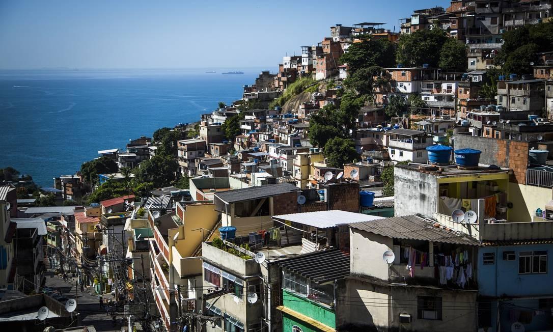 O contraste da bela vista com os problemas de infraestrutura na Favela do Vidigal, na Zona Sul do Rio Foto: Fabio Seixo / O Globo