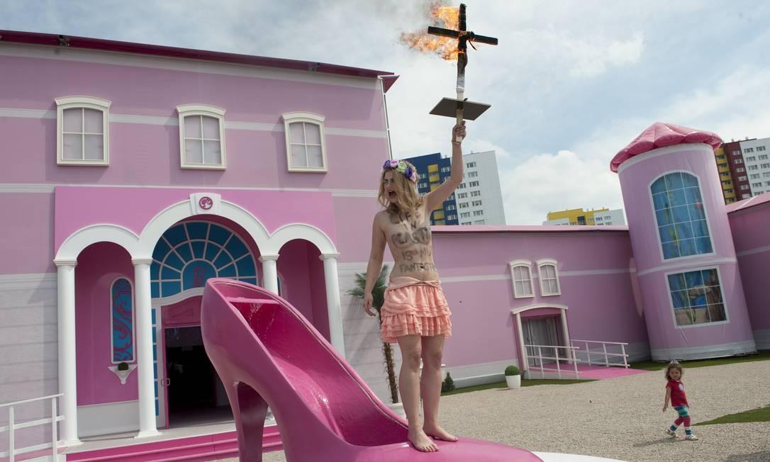 O local é a primeira mansão em tamanho real dedicada à boneca na Europa e provocou protestos nesta quinta-feira Foto: BARBARA SAX / AFP