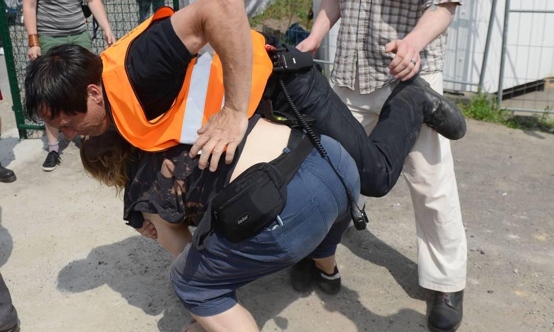 Alguns manifestantes chegaram a ser detidos pela polícia alemã Foto: Jens Kalaene / AP
