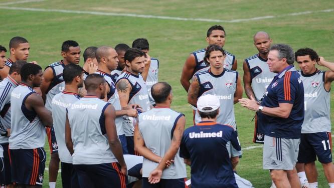 af2d9c6bf5 O técnico Abel Braga conversa com os jogadores no treino nas Laranjeiras  Foto  Divulgação