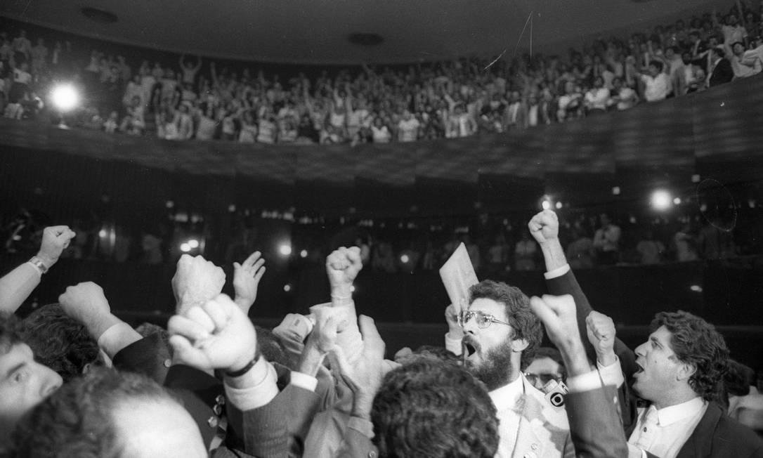 Dante de Oliveira (de barba) na votação pelas Diretas Já Foto: Arquivo/25-4-1984