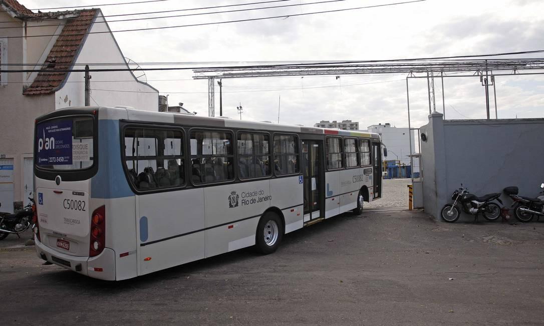 Um ônibus da Viação Tijuca chega à garagem da Rua Leopoldo, no Andaraí: transportadora é uma das nove pertencentes ao grupo do empresário Jacob Barata Foto: Márcio Alves / O Globo