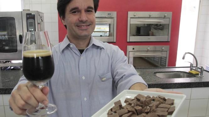 O sommelier Rafael Paredes ministra oficina de harmonização de cervejas no Senac Foto: Agência O Globo / Fernanda Dias