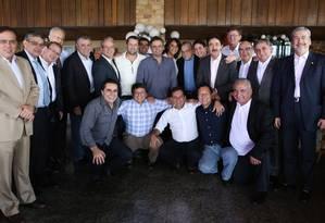 O senador Aécio Neves posa para foto com a bancada do PSDB na Câmara. Eles se reuniram numa churrascaria de Brasília Foto: Alexssandro Loyola / Divulgação
