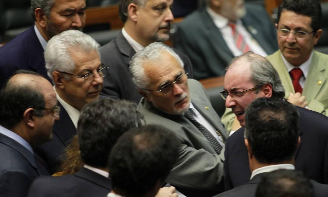 Eduardo Cunha (à direita) discute com os petistas Genoino, Chinaglia e Vaccareza na longa votação da MP dos Portos: Governo não quer tripudiar da derrota do peemedebista Foto: O Globo / Ailton de Freitas/14-5-2013