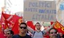 """Protestos no centro de Roma contra a austeridade e o alto desemprego: """"Políticos, vocês faliram a Itália"""", diz o cartaz de um manifestante Foto: Stefano Rellandini/Reuters"""