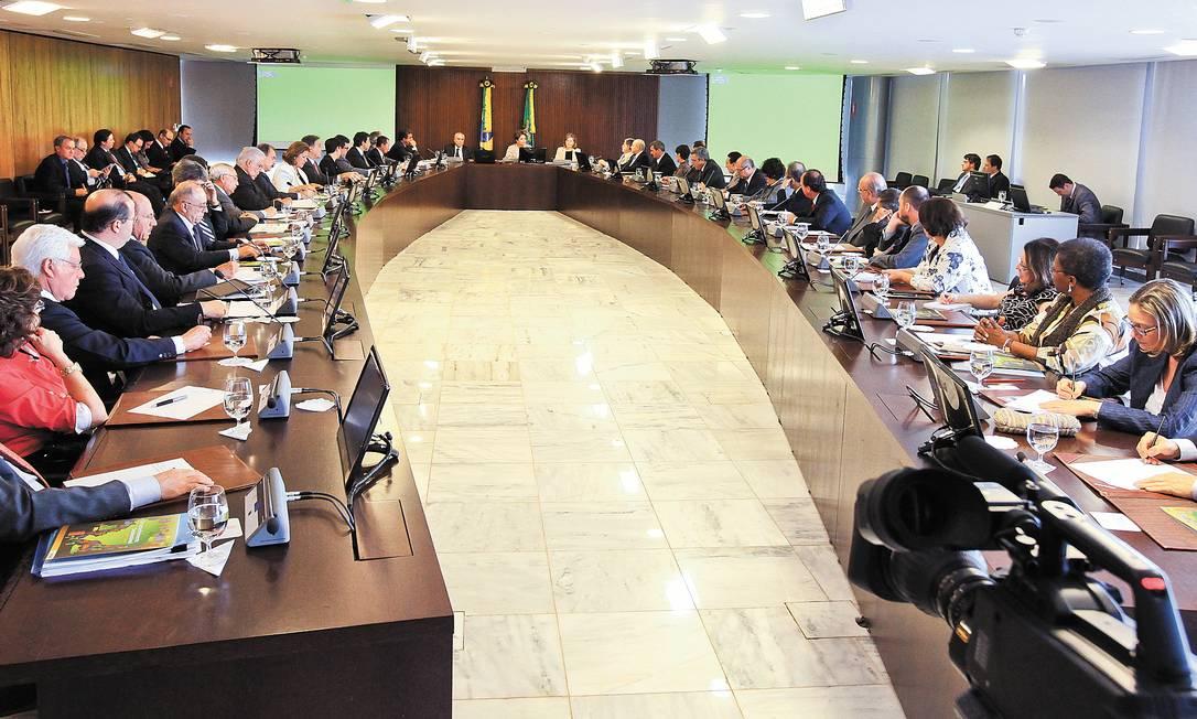 Aperto. A enorme mesa do Palácio do Planalto na reunião ministerial comandada por Dilma em janeiro de 2012. Como naquela época ainda eram 37 pastas, o jeito agora será criar espaço para mais dois assentos à mesa Foto: Roberto Stuckert Filho/23-01-2012