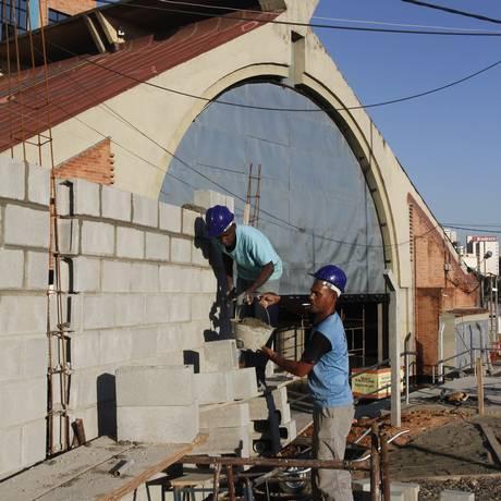 Obra. Operários realização intervenções no novo acesso ao Caminho Niemeyer Foto: Lucas Figueiredo / O Globo
