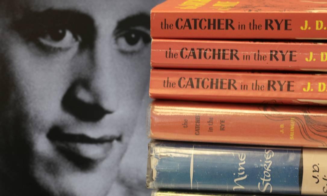 O autor americano e exemplares de sua mais célebre obra Foto: AP Photo/Amy Sancetta