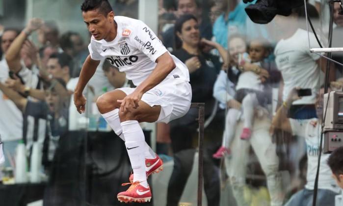 Cícero comemora o primeiro gol da partida entre Santos e Corinthians, na Vila Belmiro Miguel Schincariol / AFP